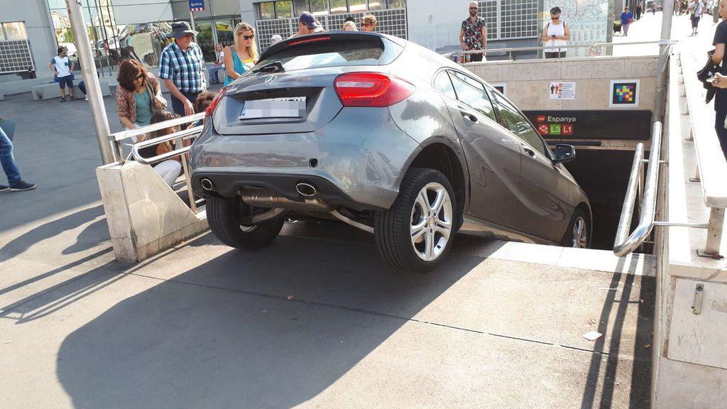 Un coche se precipita por las escaleras de la boca de metro de plaza Espanya en Barcelona