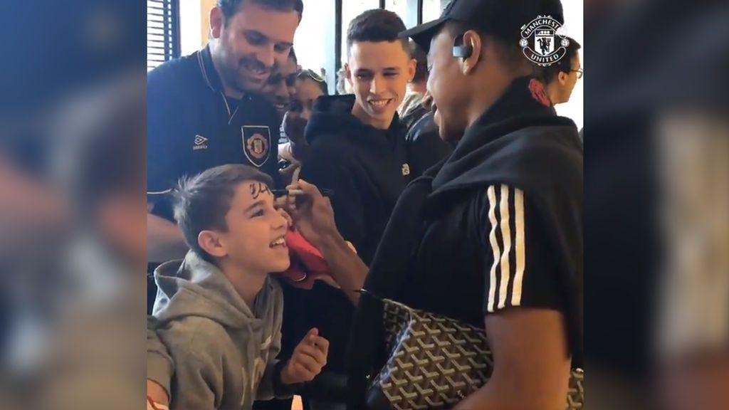 Un niño aficionado del Manchester United le pide a Lingard un autógrafo en la frente