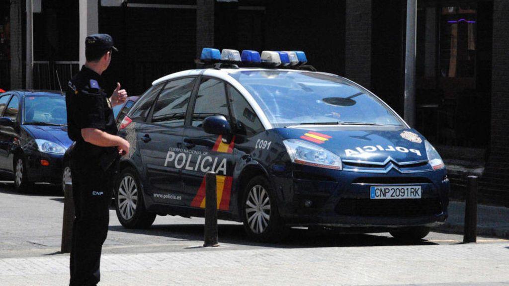 Un policía dispara en la cadera a un joven que trataba de apuñalar a dos agentes