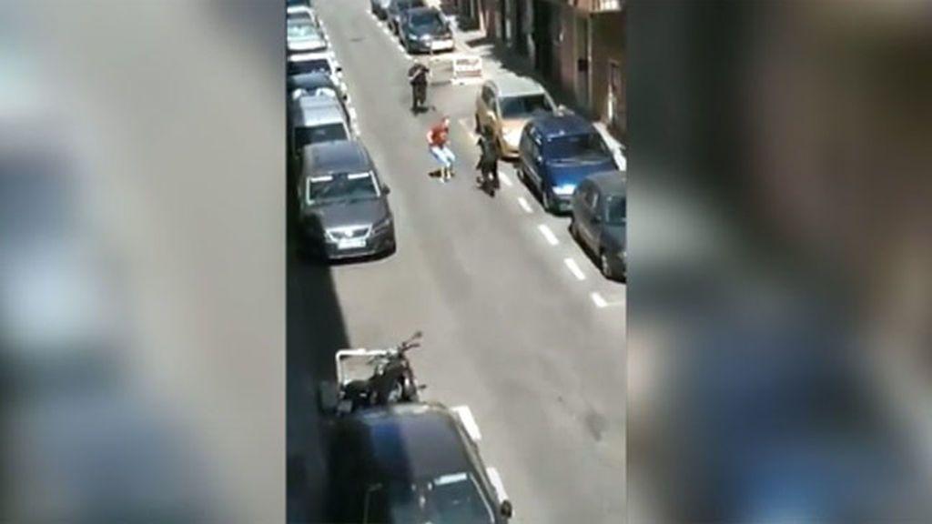 Una policía en su primer día de prácticas muestra gran temple ante el ataque de un hombre con un machete