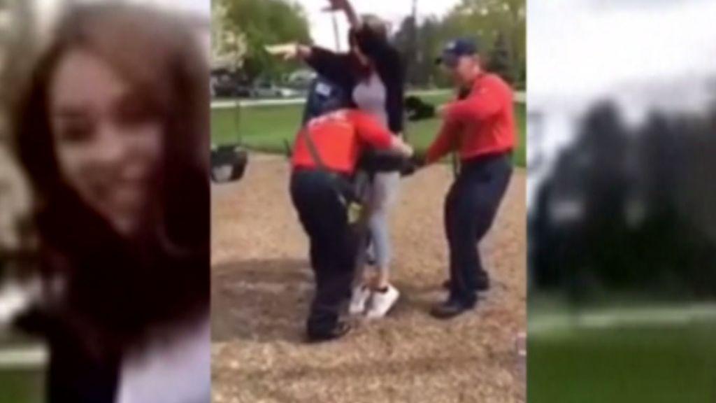 Unos bomberos liberan a una mujer atrapada en un columpio infantil en Minneapolis