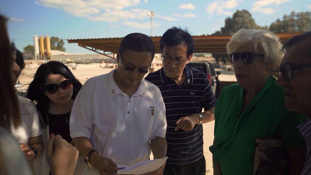 Alejandra Andrade asiste a una negociación entre españoles y el magnate chino James Lee para construir un complejo turístico en Málaga