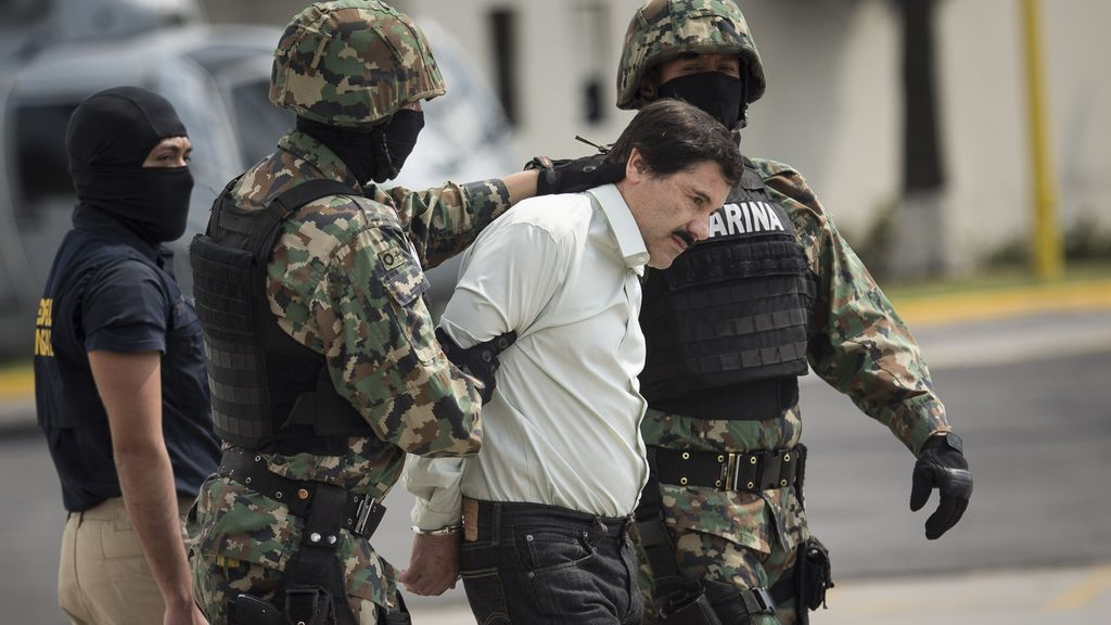 EuropaPress_1910277_February_22_2014_-__Mexico_City_D_F__Mexico_Joaquin_'El_Chapo'_Guzman_is_escorted_to_a_helicopter_in_handcuffs_by_Mexican_navy_marines_at_a_navy_hanger_Guzman_leader_of_Mexico's_Sinaloa_drug_