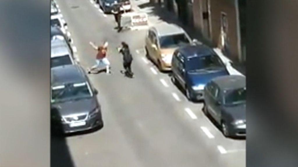 Un joven ataca con un cuchillo a varios policías en plena calle, entre ellos a una agente en prácticas