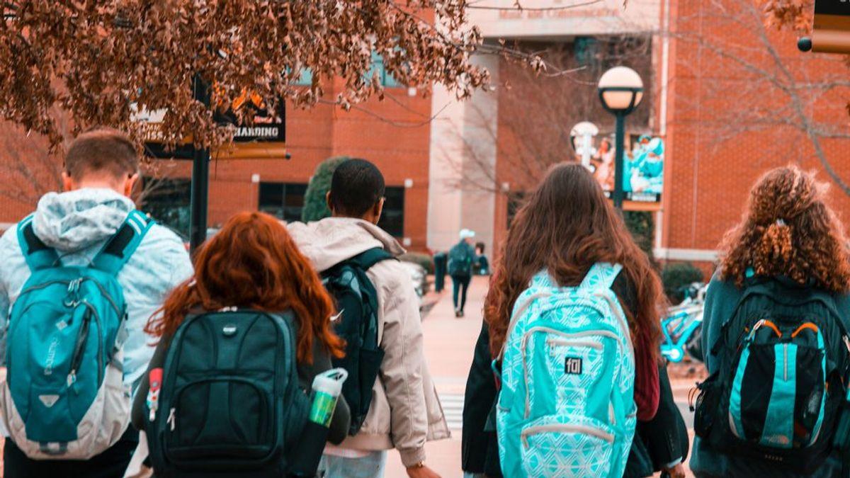 Las mujeres universitarias tienen mejor nota media, tardan menos en completar sus estudios y son más que los hombres