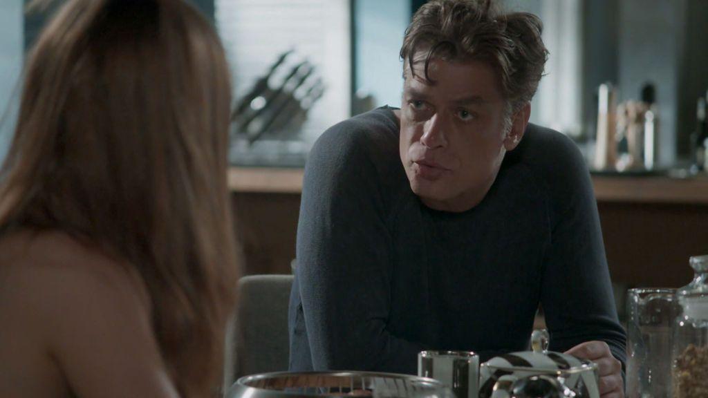 Arthur intenta un acercamiento con Eliza