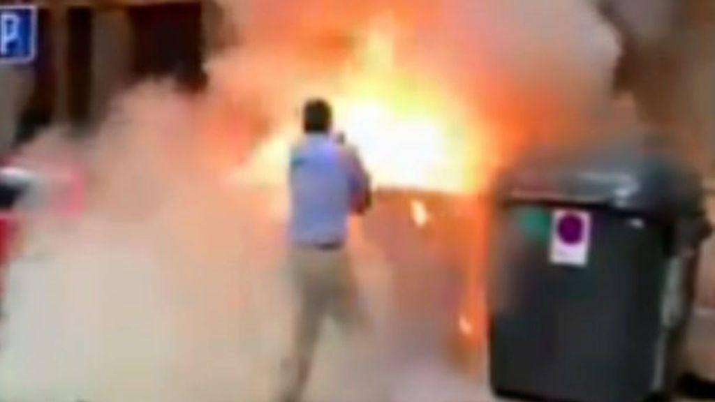 Ortega Smith apaga un contenedor incendiado en la puerta de VOX