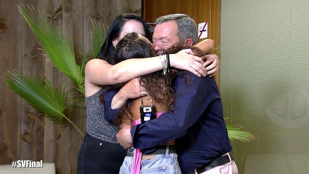 Mahi vuelve a abrazarse con su padre y su hermana