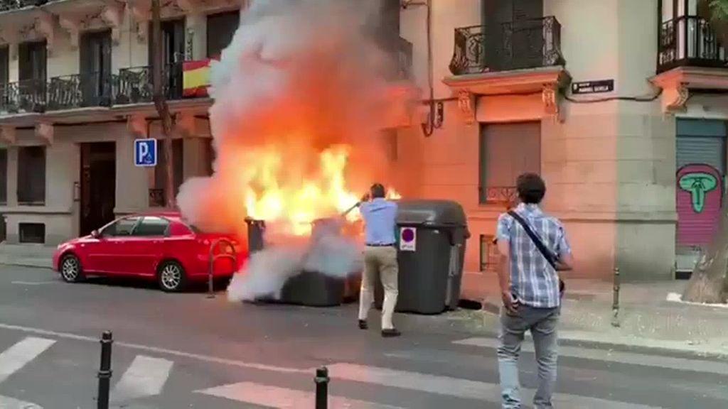 Ortega Smith apaga el fuego de un contenedor en llamas
