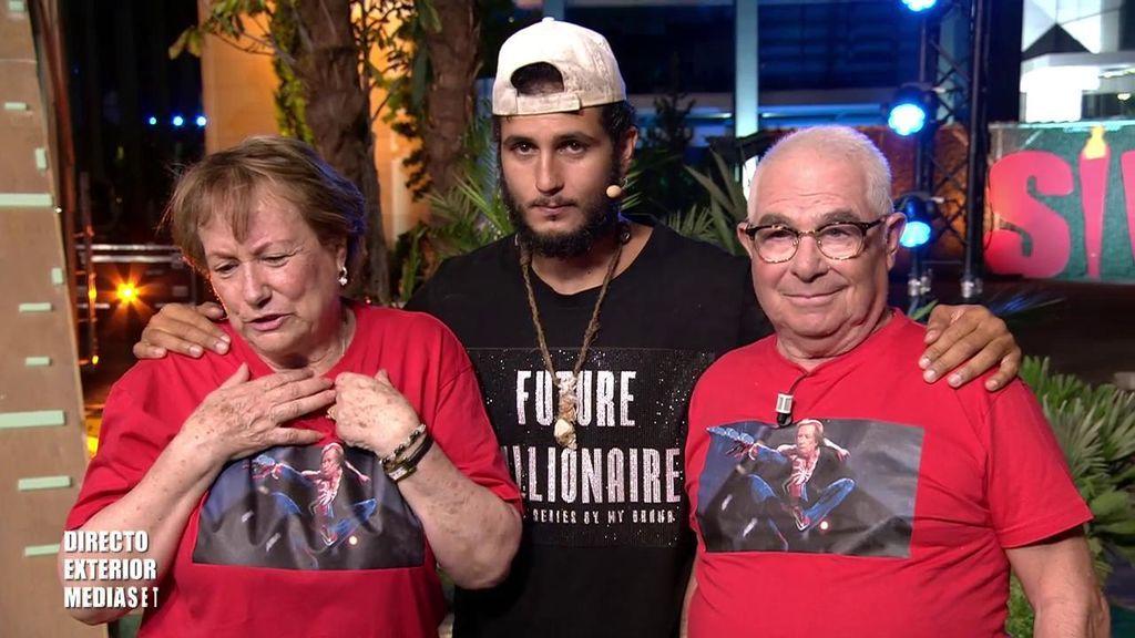 """Los abuelos de Omar le sorprenden nada más aterrizar: """"Eres nuestro ganador"""""""