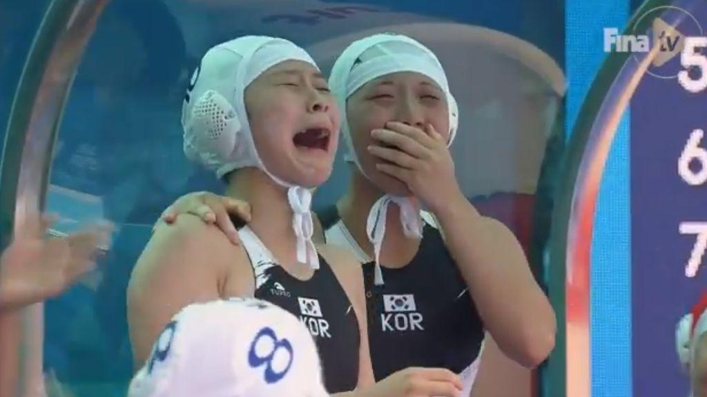 La selección surcoreana en el mundial femenino de waterpolo rompe a llorar tras marcar su primer gol después de perder 64-0