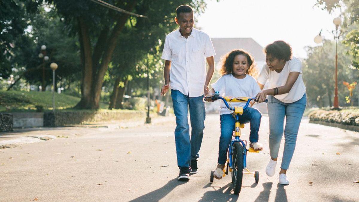 Padres y madres que en verano se convierten en 'monitores' de sus hijos