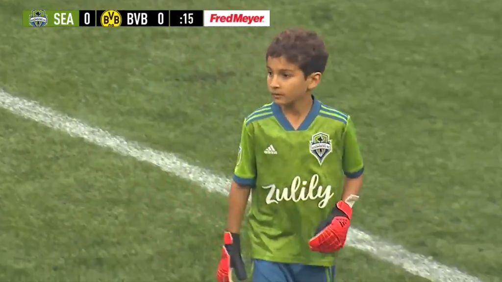 Un niño de ocho años con leucemia sale como portero titular en un amistoso contra el Borussia Dortmund
