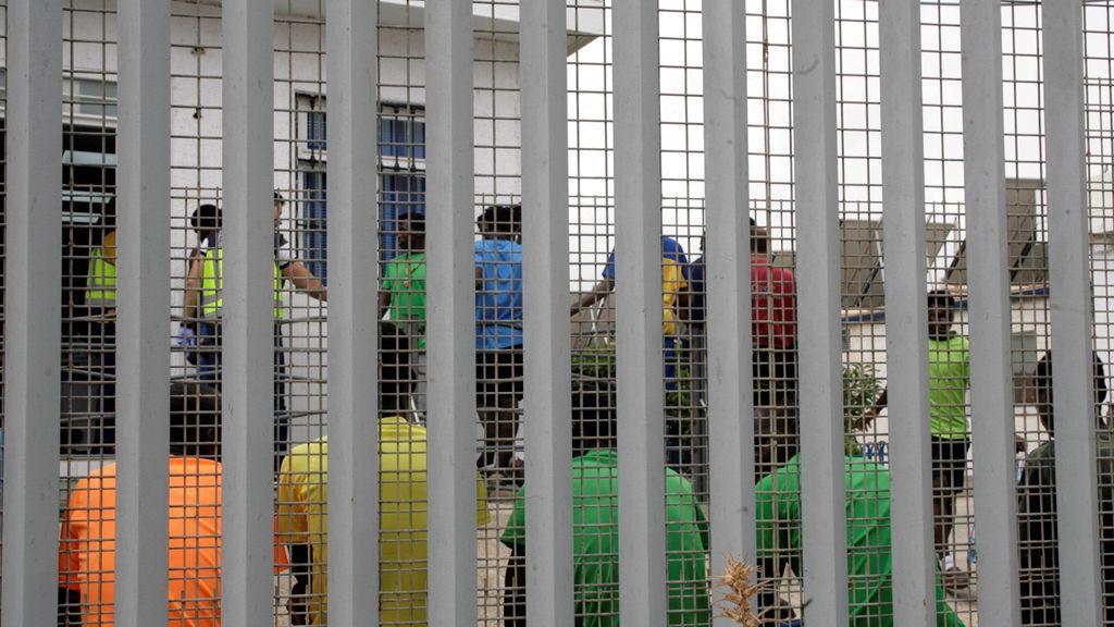 Seis agentes heridos en un intento de asalto masivo a la valla de Melilla