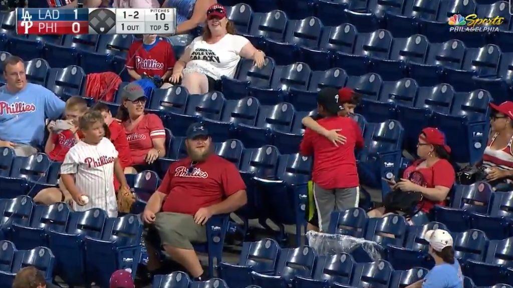 El gesto deportivo de un niño con su nuevo 'amigo' en un partido de béisbol en EE.UU
