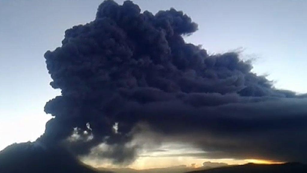 Evacuadas cientos de personas en el sur de Perú por la erupción del volcán Ubinas