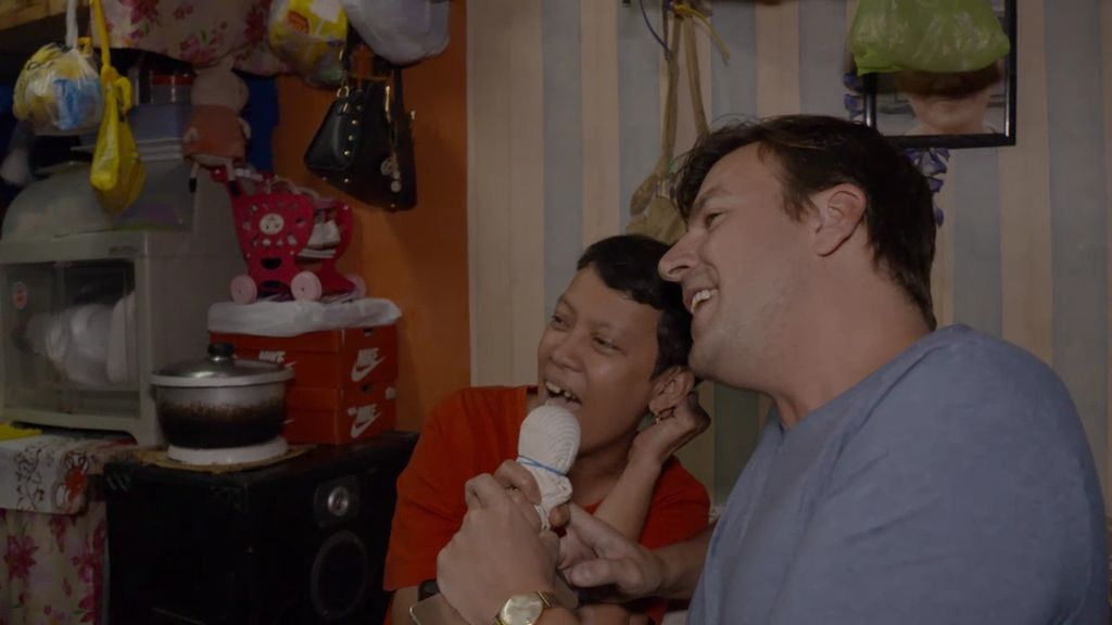 'Viajeros Cuatro' comparte con una familia filipina su mayor afición: el karaoke