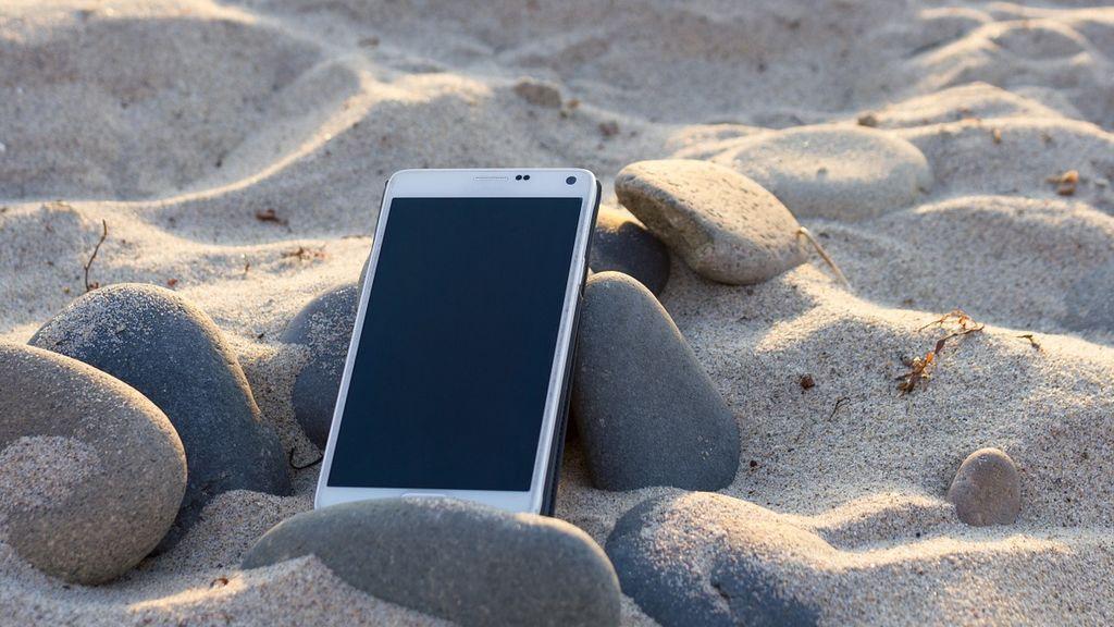Trucos ingeniosos para que no te roben el móvil en la playa