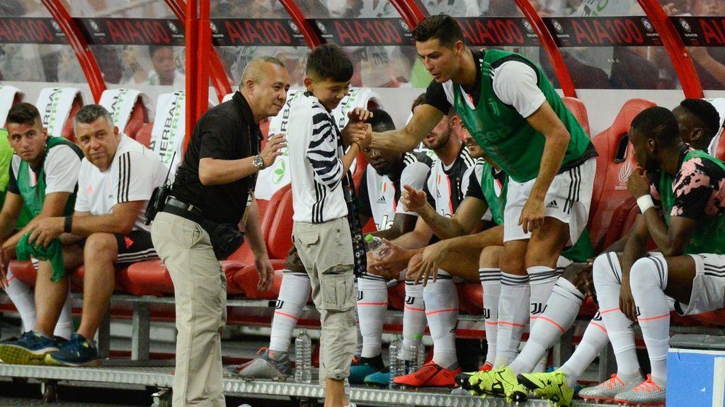 El increíble gesto de Cristiano Ronaldo con un niño: le invita a seguir el partido en el banquillo de la Juventus