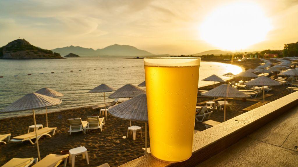 Muy fans: llenas un vaso de colillas y algunos chiringuitos te lo cambian por una cerveza o refresco