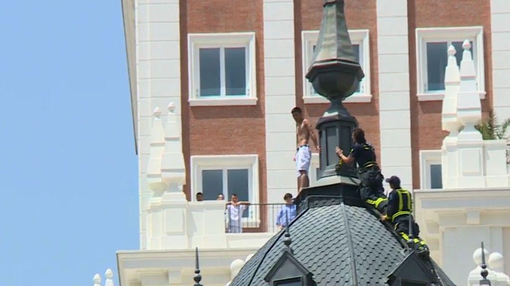 Tensión en Gran Vía: un hombre amenaza con tirarse desde lo alto de un edificio