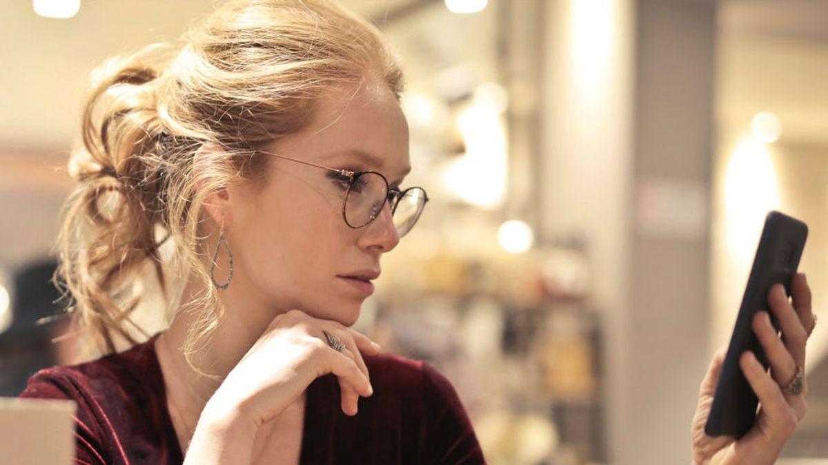 Alejarte el móvil de los ojos no es la solución: cómo configurarlo para que te ayude con la presbicia