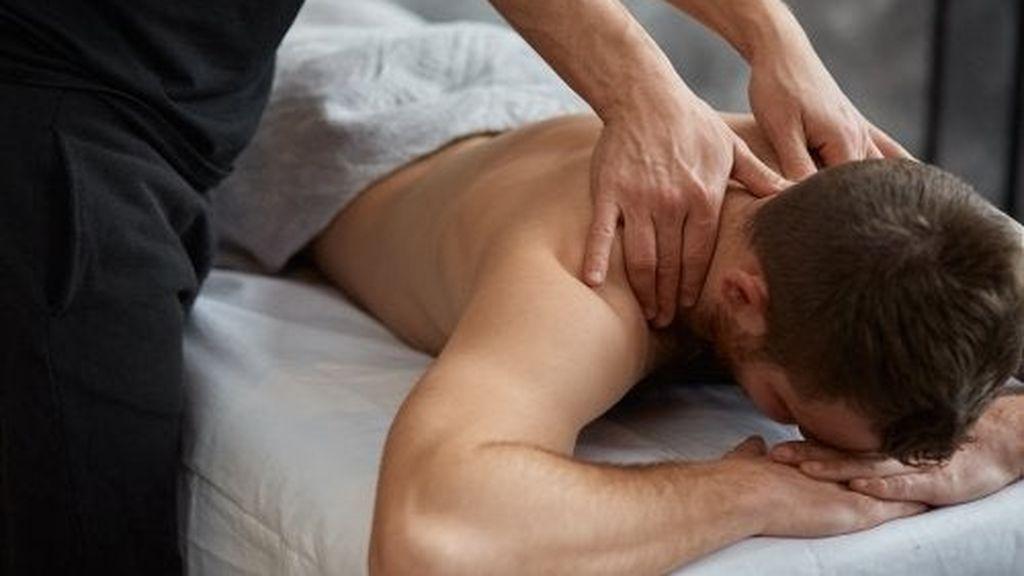 hombre-recibiendo-masaje-terapeutico-500x333