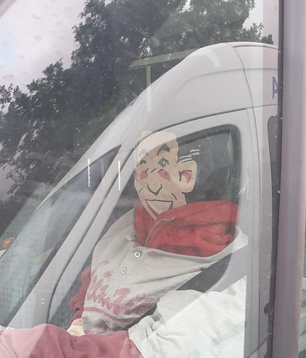 Colocan muñecos hinchables en ambulancias vascas ante la falta de vigilantes