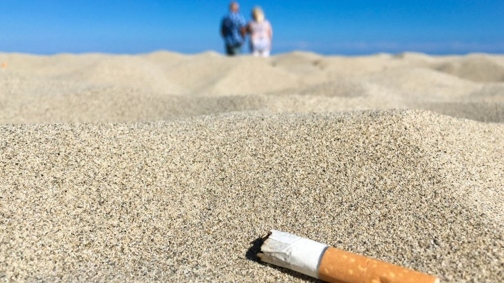 Apunta para tus vacaciones: listado completo de las 179 playas españolas donde ya está prohibido fumar