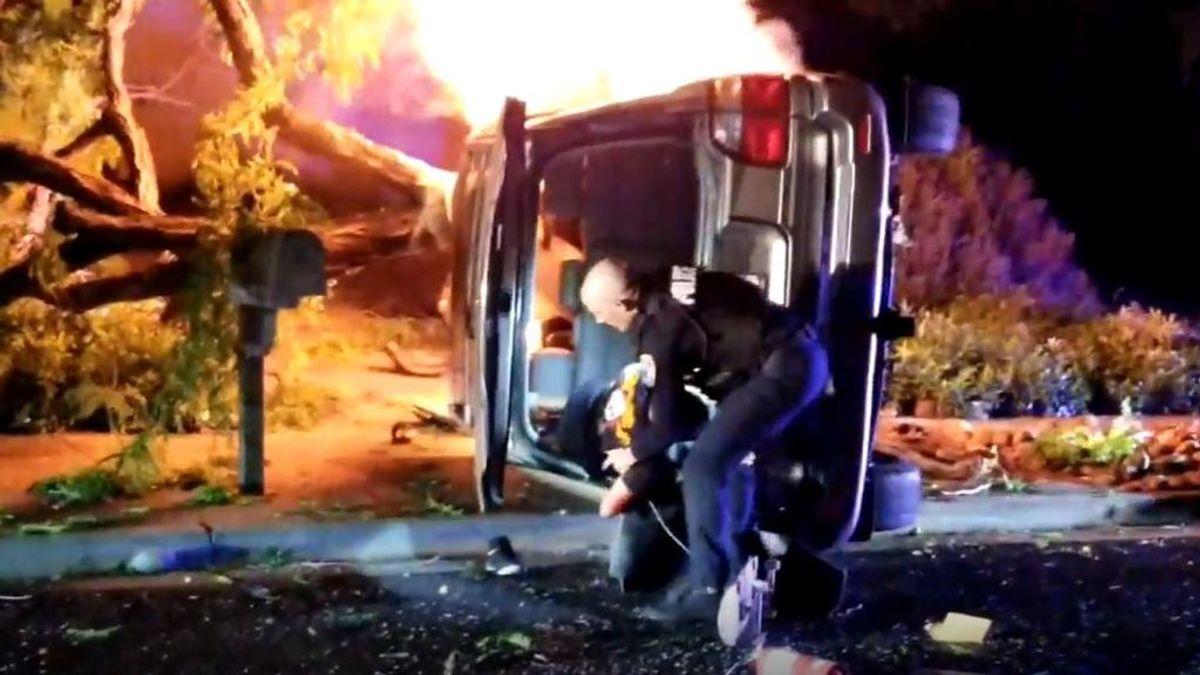 Un policía de California realiza un impresionante rescate dentro de un coche en llamas