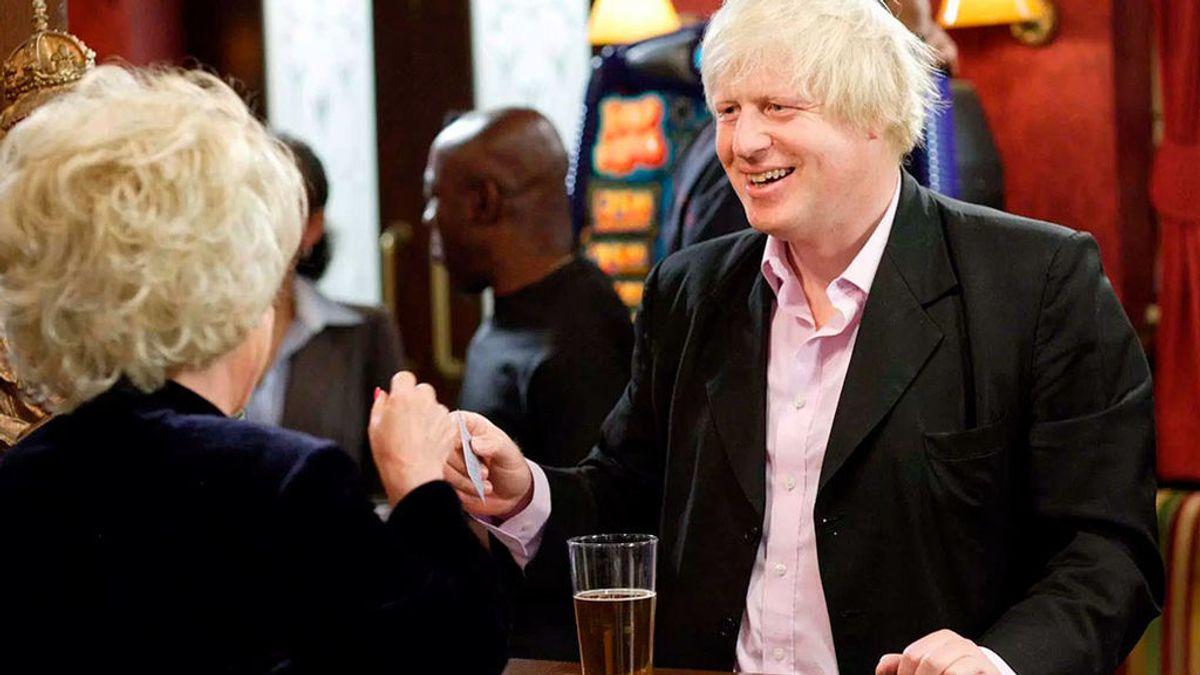 El polémico y surrealista cameo de Boris Johnson en una exitosa serie británica
