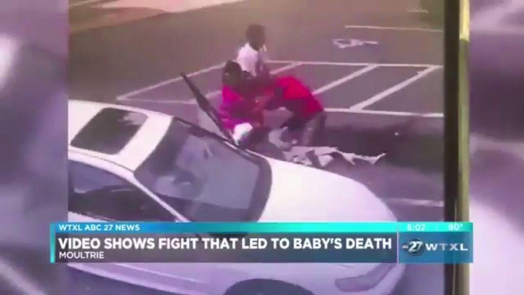 Acusan a una madre de matar a su bebé tras lanzarlo al suelo para pelearse