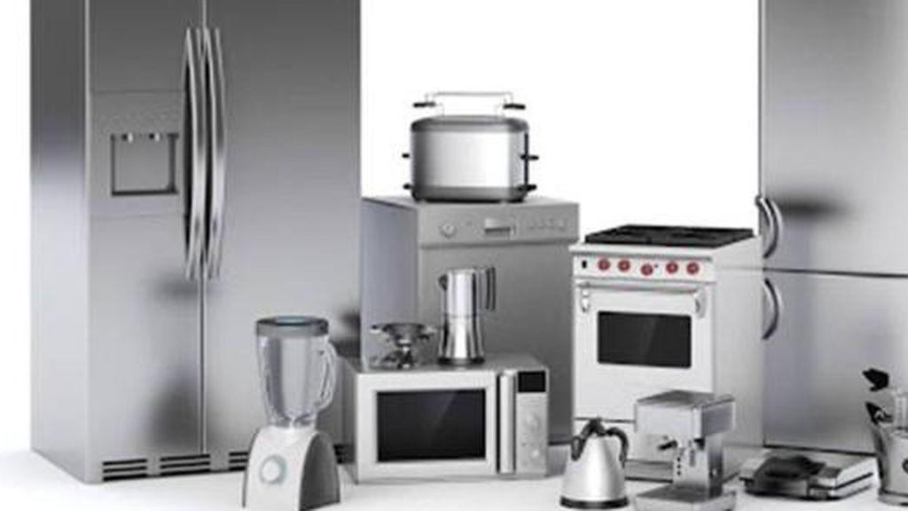 Lo que el uso de los electrodomésticos dice de los españoles: quién plancha, limpia y guisa más