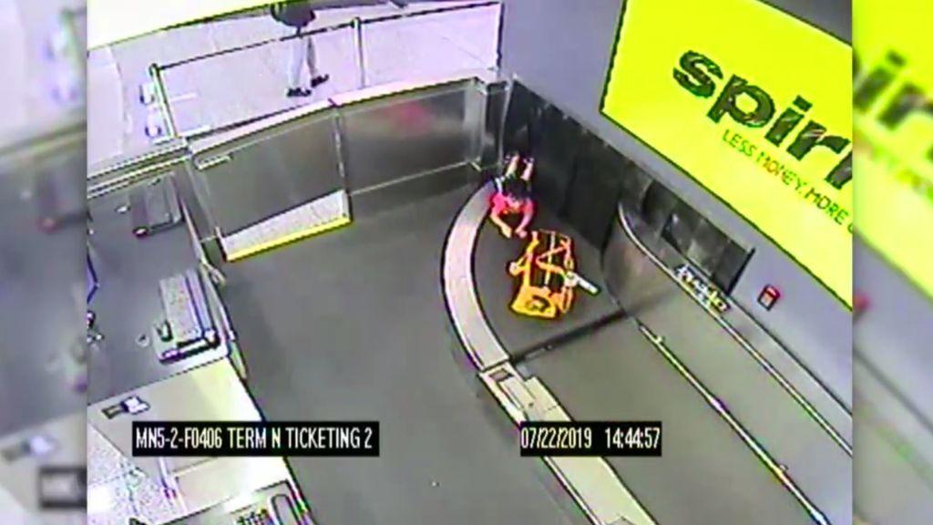 El viaje de un niño de 2 años por una cinta de equipaje del aeropuerto de Atlanta