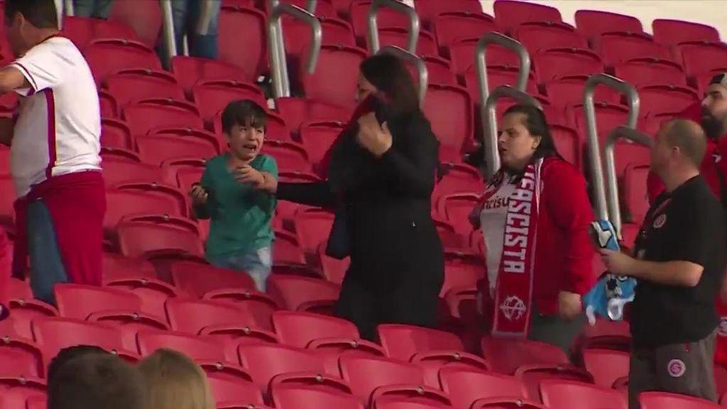 La brutal agresión a un niño en un estadio de fútbol por llevar la camiseta del rival