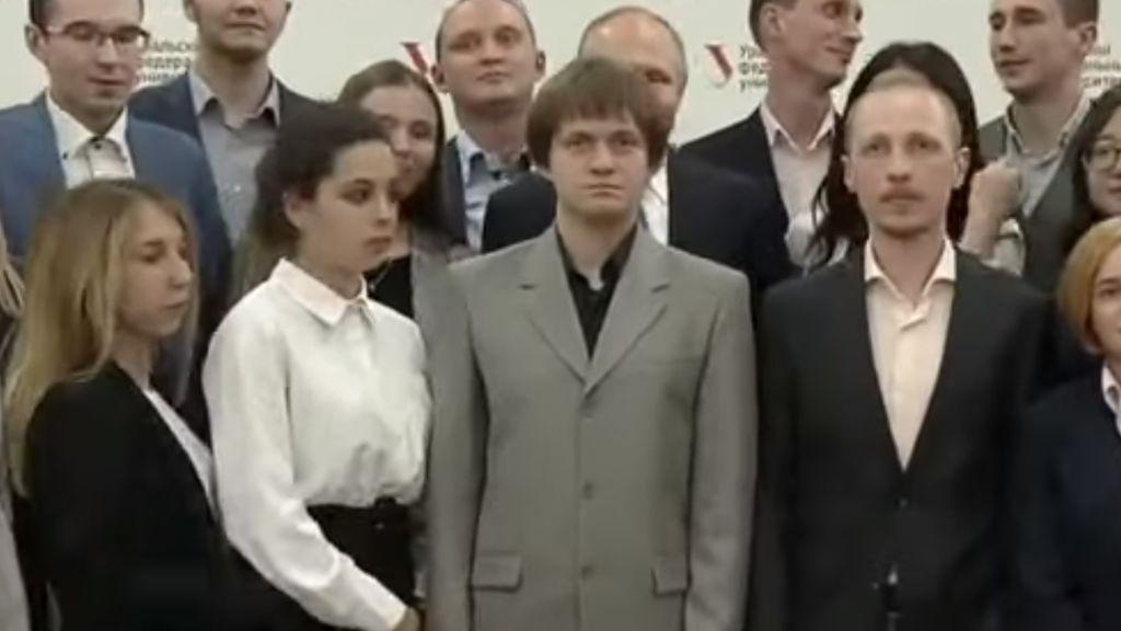 El incómodo momento de Putin: un estudiante le tapa durante una foto oficial