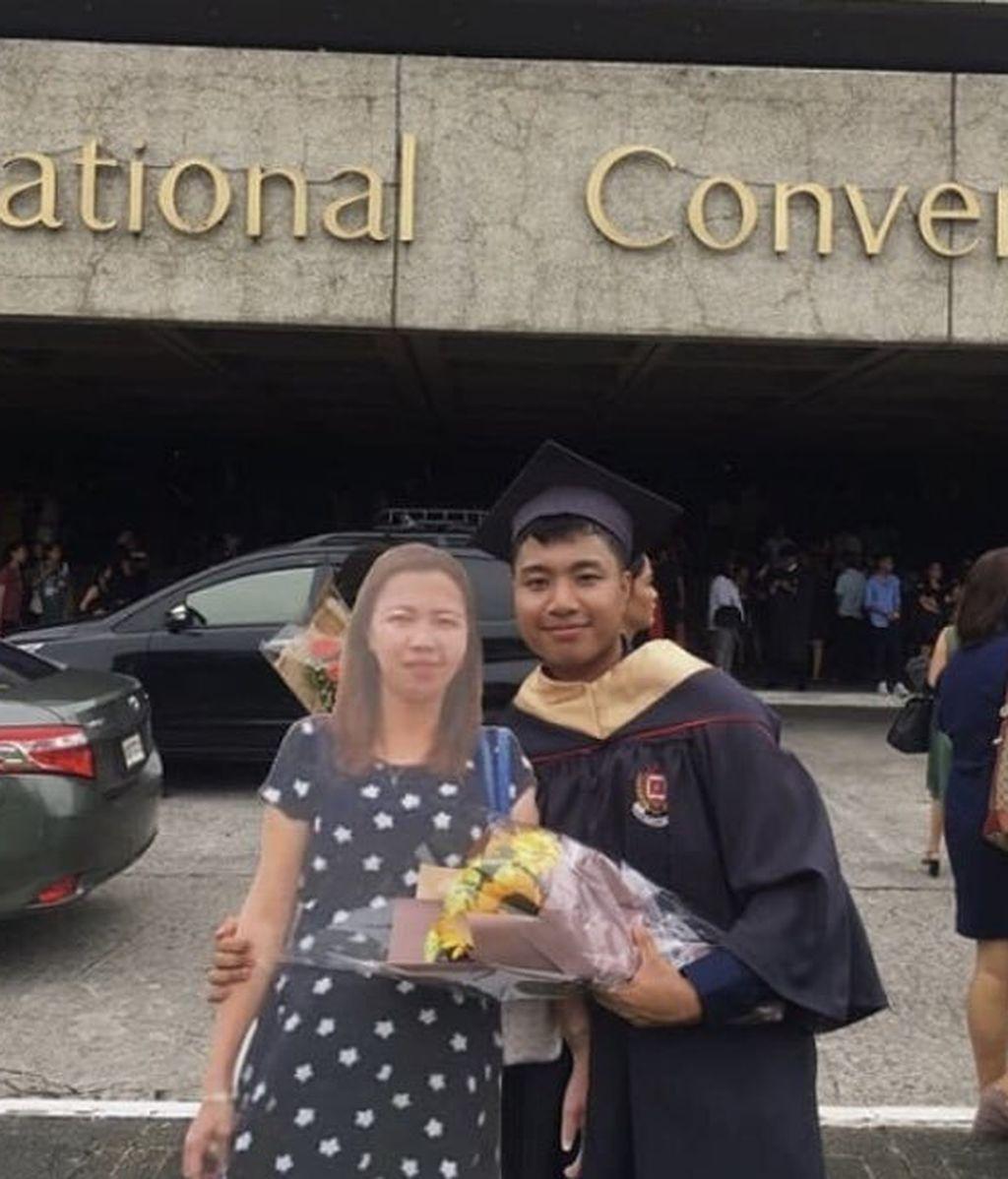 Lo prometido es deuda: un joven lleva la foto a tamaño real de su madre fallecida a su graduación