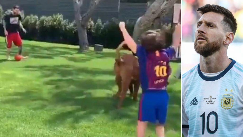 """La alegría de los hijos de Messi al jugar junto a su padre y su perro a la pelota: """"Que no te la quite, pásala"""""""