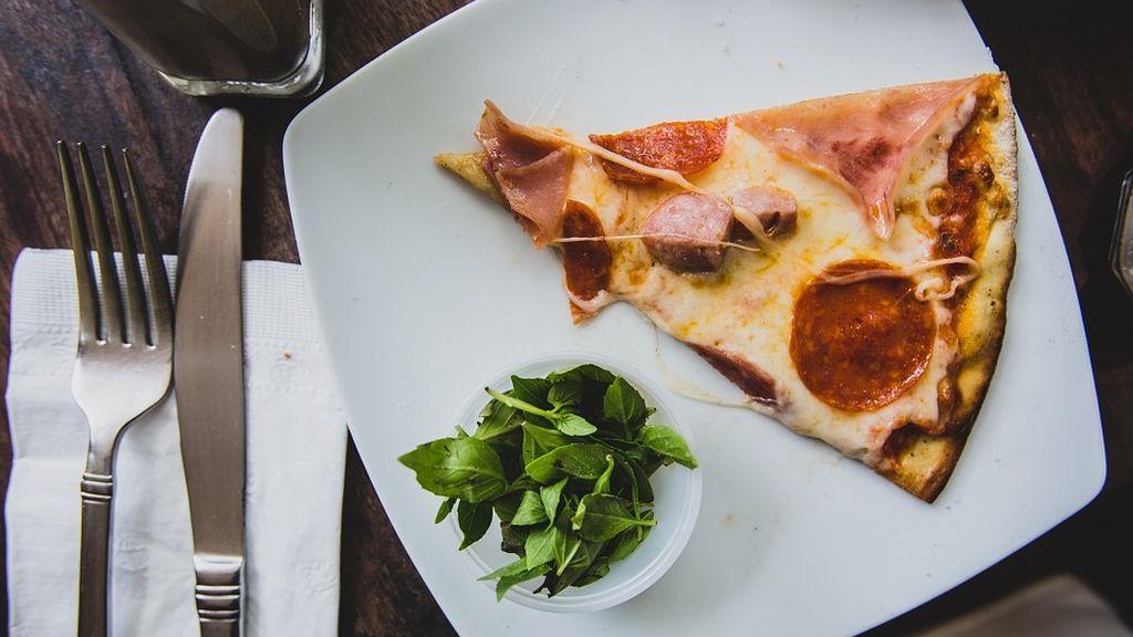 Auxilio en una pizzería: una mujer deja una nota a un camarero para ser rescatada de su marido maltratador