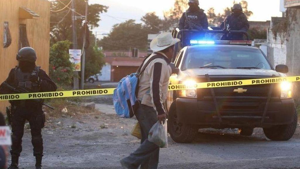 Hallan tres cuerpos calcinados y decapitados en el interior de una furgoneta en México