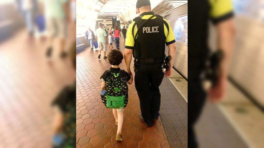 """El gesto de un policía con un niño con autismo que devuelve a una madre """"la fe en que aún queda gente buena en el mundo"""""""