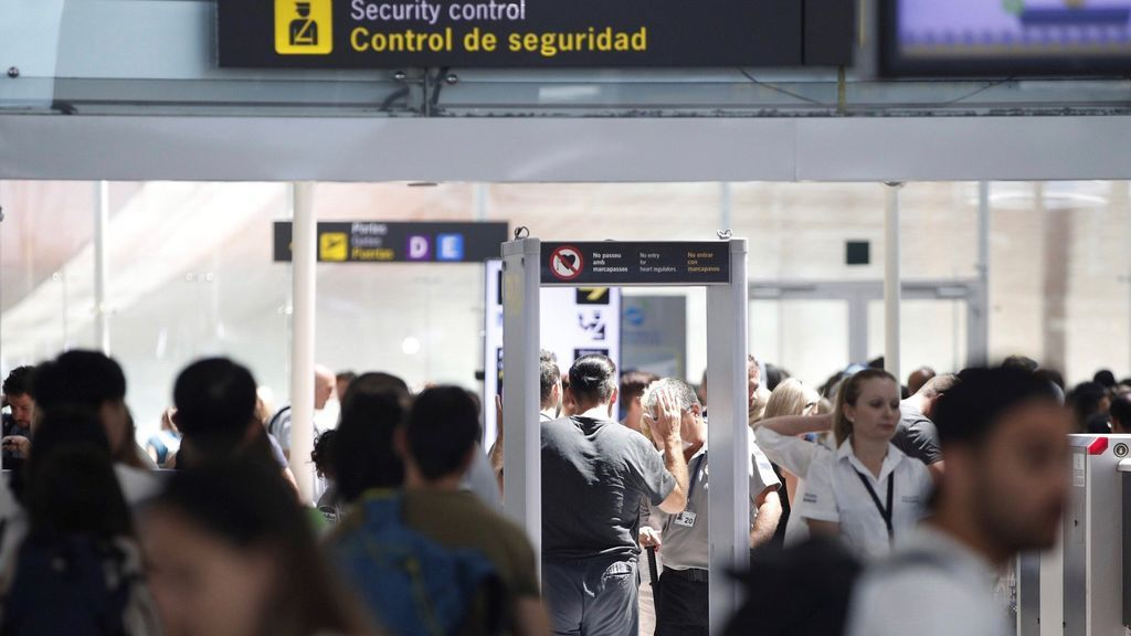 La huelga y una tromba de agua colapsan el aeropuerto de Barcelona