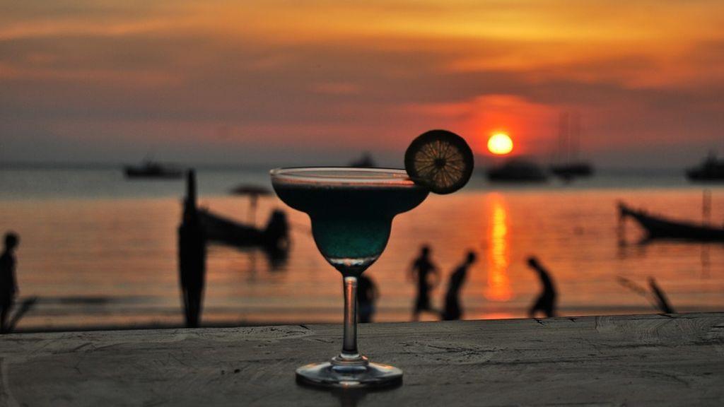 Al sol, mejor agua: el alcohol aumenta las posibilidades de quemarte y sufrir un cáncer de piel