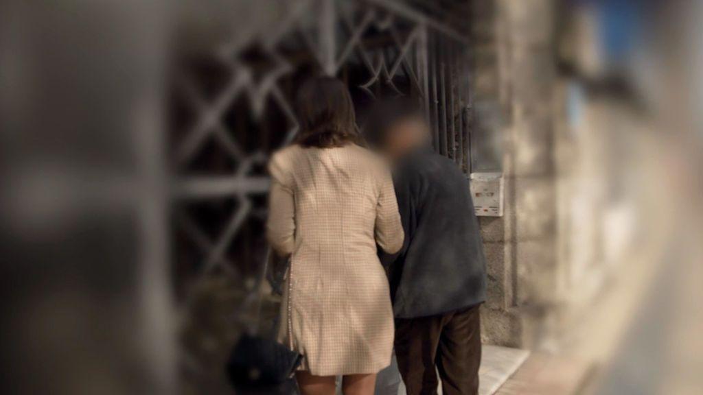"""Alejandra Andrade aborda al sacerdote que abusó de Javier Paz: """"¿Le ha pedido perdón por lo que le hizo?"""""""