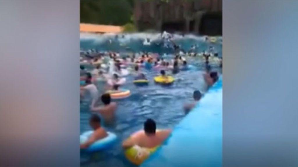 Un parque acuático chino crea por error un tsunami y deja decenas de heridos