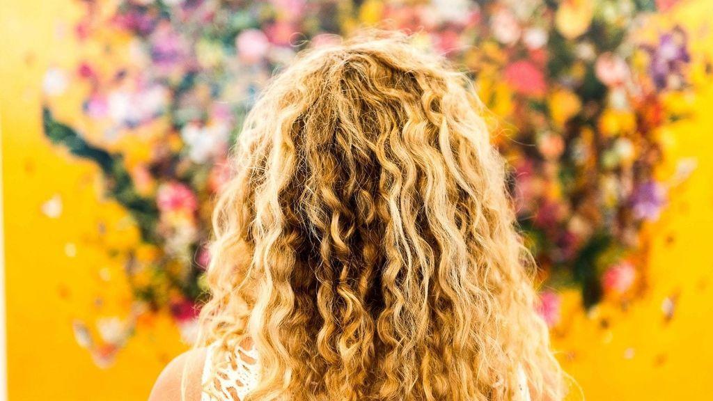 Se puede tener el pelo rizado y olvidarte del efecto frizz en verano: la solución pasa por elegir con cuidado tu champú