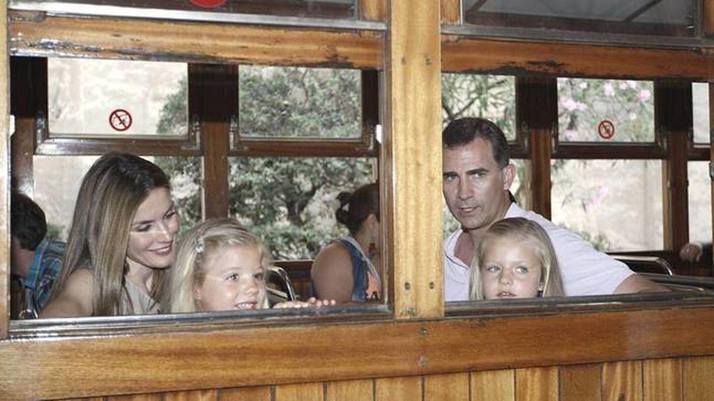 los-reyes-con-sus-hijas-en-el-tren-turistico-a-soller-en-2012-cordon-press
