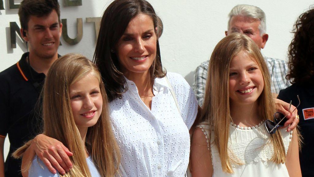 Letizia, de blanco isleño y sus hijas con looks a conjunto para el primer posado de la familia real en Mallorca