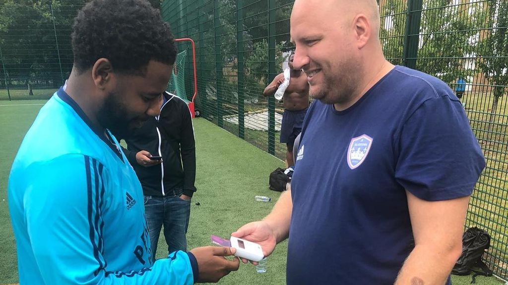 """Un entrenador inglés acude a los entrenamientos con un datafono para cobrar las multas de sus jugadores: """"Ya no tendrán excusa de que no tienen dinero suelto"""""""
