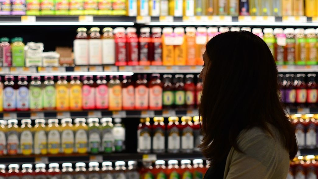 Detienen a una mujer por orinar en las patatas de un supermercado